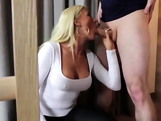 Blonde Fotze im Hostelzimmer pervers durchgeknallt!