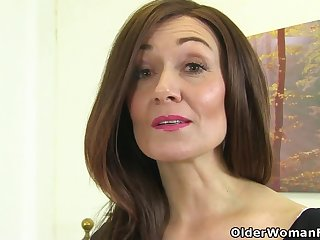 English milf Kitty Cream puts her fingers nearly work