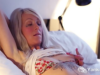 Yanks Honey Gina Cherie Masturbating