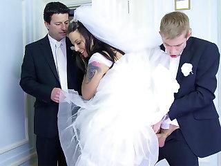 Bride hero on future hubby оn the wedding day